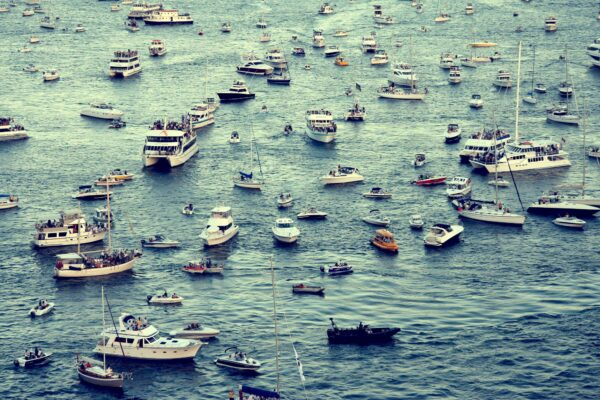 Many boats on the ocean are looking for the best solution to go to their destination